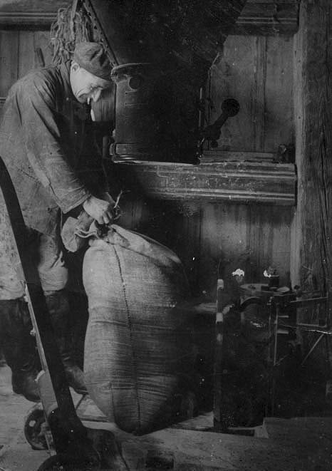 Meister Richard Triller beim Mehl absacken